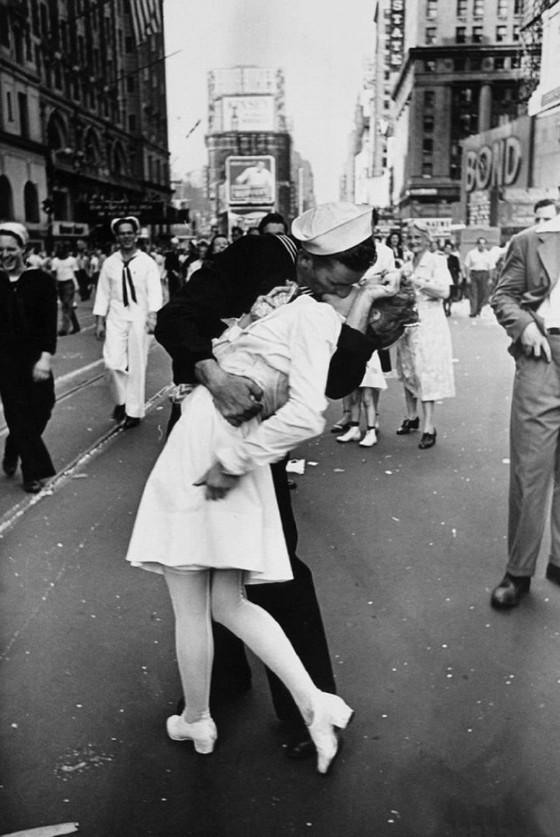 알프레드 아이젠슈테트 <종전의 키스 >, 1945년