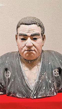 메이지 유신 전시회에 등장한 다카모리 석고상. 그를 영웅으로 미화한 작품의 하나다.