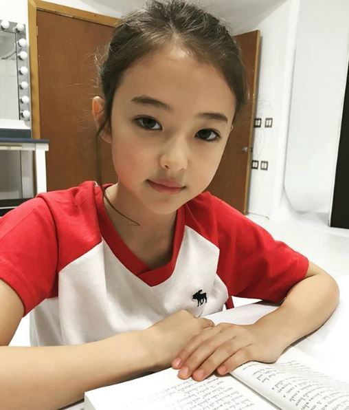 The So-called 'Little Jennie' Kid Model Signs Contract with YG