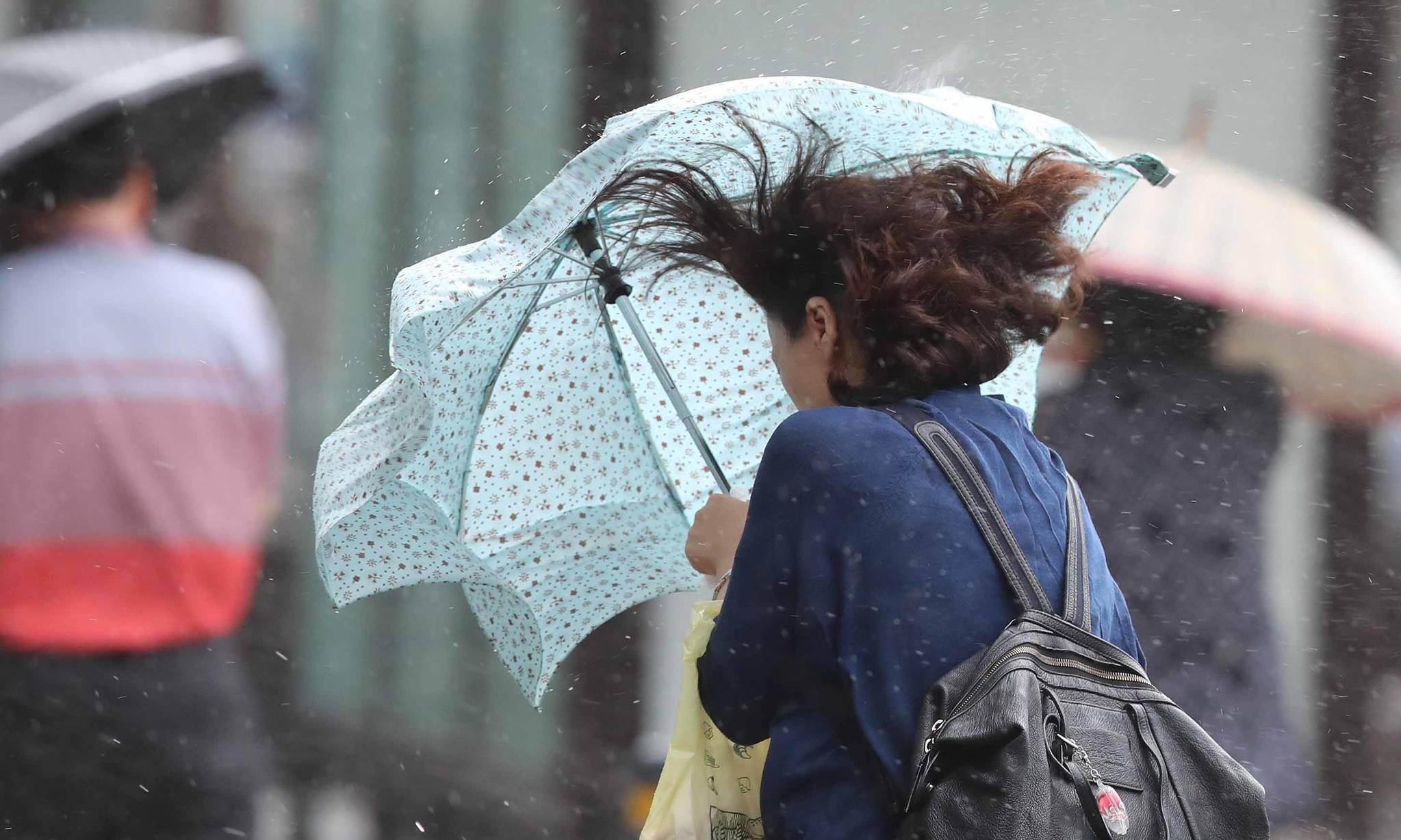 제7호 태풍 '쁘라삐룬'의 북상하며 부산 앞바다를 지나는 3일 오후 부산 동구 수정동 부산진역 부근에서 시민들이 우산으로 비바람을 피하며 힘겹게 걸어가고 있다. 송봉근 기자