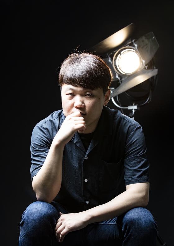 영화 '나와 봄날의 약속'의 백승빈 감독이 25일 중앙일보 스튜디오에서 포즈를 취하고 있다.