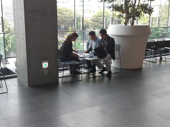 허익범 특별검사팀이 5일 오후 압수수색 영장을 집행하면서 네이버 담당자와 이야기를 나누고 있다. 정진호 기자