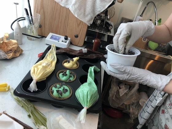 진열대에 초코칩 머핀이 하나밖에 남지 않자 정우선 대표가 새 머핀을 구울 준비를 하고 있다.