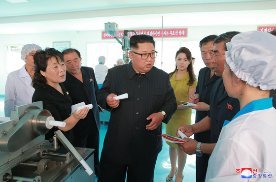 북한 조선중앙통신은 김정은 국무위원장과 리설주 여사가 신의주 화장품 공장을 현지 지도했다고 1일 보도했다. [조선중앙통신=연합뉴스]