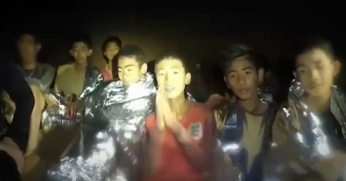 태국 치앙라이 인근 동굴에 고립된 소년들이 합장을 하며 인사하고 있다. [사진 태국 해군 페이스북 동영상 캡처]