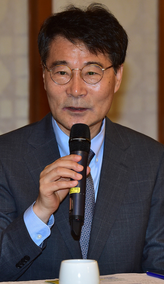 장하성 청와대 정책실장이 지난 5월 15일 서울 종로구 총리공관에서 열린 '고위 당정청협의회'에서 모두발언을 하고 있다. [중앙포토]