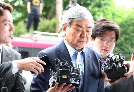 조양호 한진그룹 회장이 지난달 28일 피의자 신분으로 서울 남부지검으로 출두하고 있다. 최승식 기자