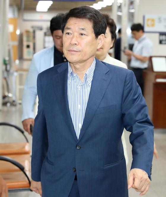 이군현 자유한국당 의원이 6일 서울고등법원에서 열리는 '불법 정치자금 수수' 관련 정치자금법 위반 항소심 선고 공판에 출석하고 있다. [뉴스1]