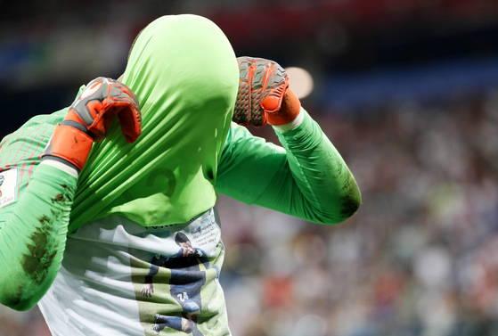 덴마크와 러시아 월드컵 16강전에서 승리한 직후 사망한 옛 동료를 추모하는 티셔츠를 노출한 크로아티아 골키퍼 수바시치가 FIFA로부터 경고 처분을 받았다. [EPA=연합뉴스]
