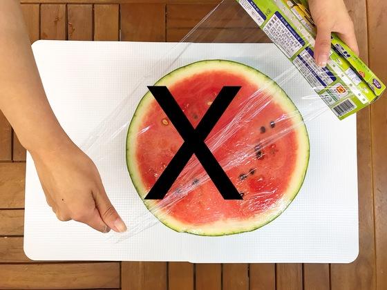 수박 반 통이 남았을 때 흔히 자른 단면에 비닐 랩을 씌워 냉장고에 넣어두지만, 세균이 쉽게 번식하는 안 좋은 방법이다.