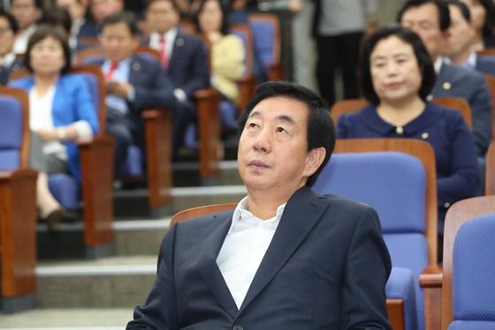 자유한국당 의원총회가 28일 국회에서 열렸다. 김성태 대표 권한대행이 의원 공개발언을 듣고 있다.오종택 기자