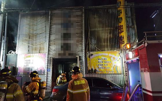 6월 17일 오후 불이 난 전북 군산시 장미동 한 유흥주점 주변에 소방차가 출동해 화재를 진압하고 있다. [연합뉴스]
