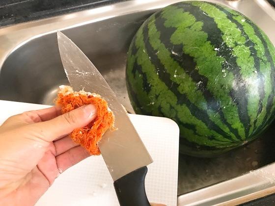 수세미에 남아있는 베이킹소다는 수박 자를 때 쓸 칼과 도마를 닦는다.