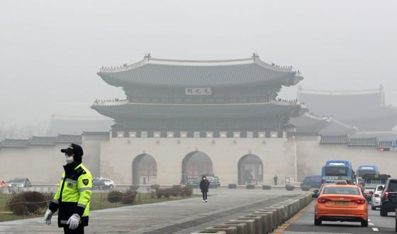 수도권 미세먼지 저감조치가 시행된 지난 3월 서울 광화문광장 일대가 뿌옇게 흐려져 있다. 강정현 기자.
