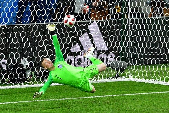 잉글랜드 골키퍼 픽포드가 4일 16강전 승부차기에서 콜롬비아 바카의 킥을 막아냈다. [AFP=뉴스1]