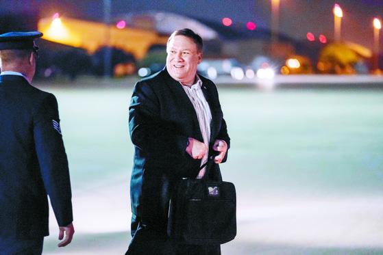 마이크 폼페이오 미국 국무장관이 5일 북한행 비행기를 타러 가고 있다. [AP=연합뉴스]