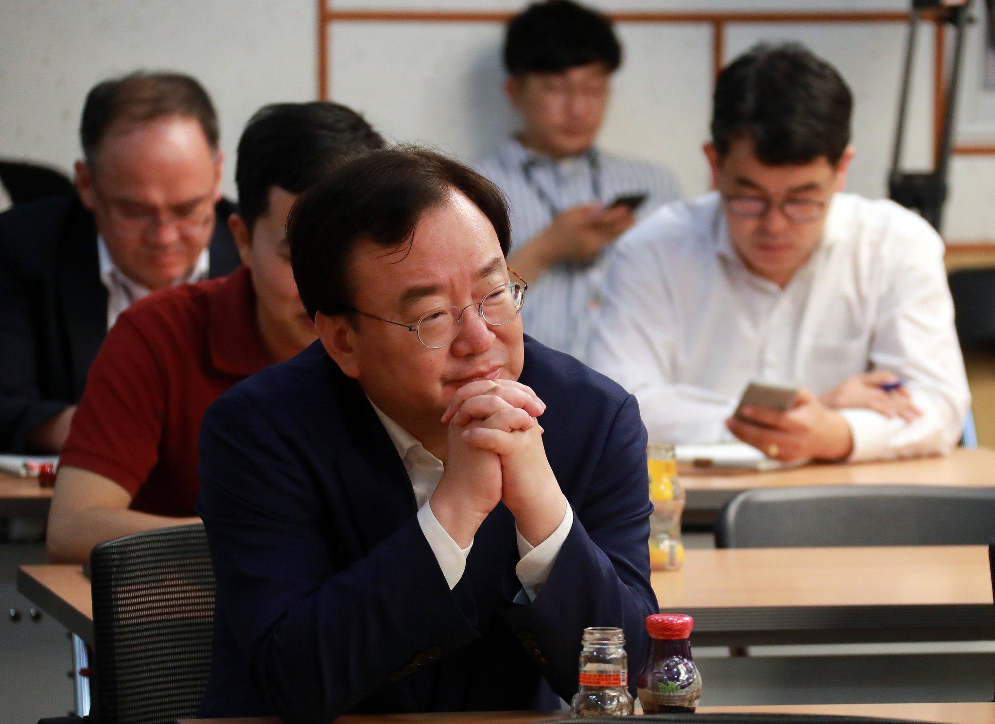 강효상 자유한국당 의원이 5일 오후 서울 여의도 국회 의원회관에서 열린 '민주당의 내일을 말한다' 초선 토론회에 참석해 경청하고 있다. [뉴스1]