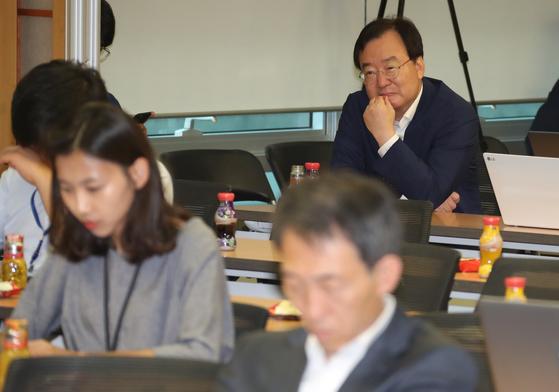 한국당 강효상 의원이 5일 오후 의원회관에서 열린 민주당 토론회에 참석해 경청하고 있다.[연합뉴스]
