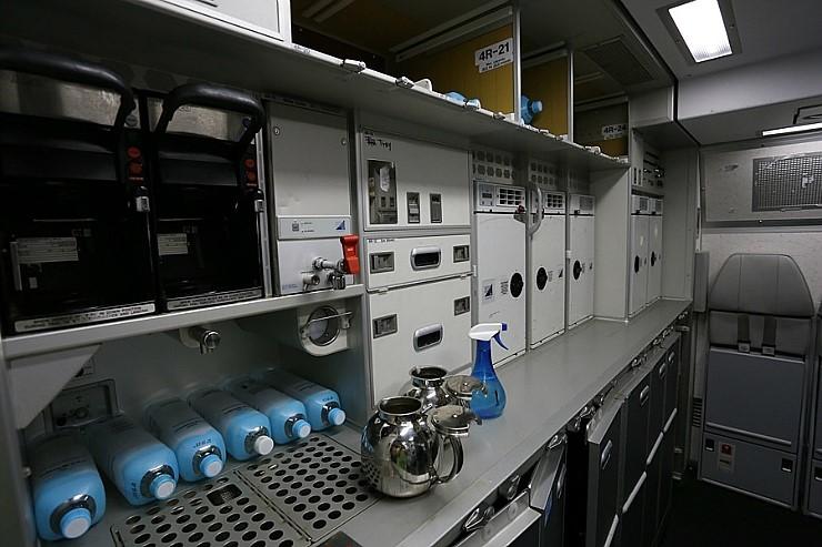 항공기내 주방인 갤리에서는 기내식을 따뜻하게 데워서 제공한다. [중앙포토]