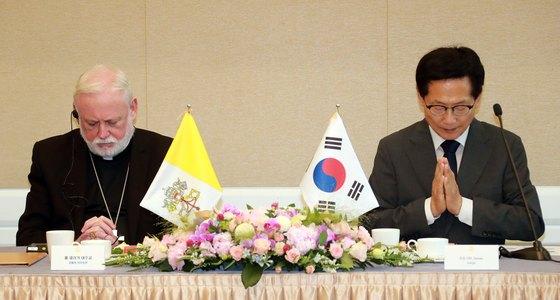 폴 리처드 갤러거 교황청 외무장관(대주교)이 6일 오후 서울 여의도 국회에서 열린 가톨릭신자 의원 간담회에 참석해 시작기도를 하고 있다. 오른쪽은 오제세 더불어민주당 의원. [사진 뉴스1]