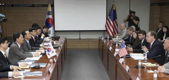 지난 6월 26일 오전 서울 서초 국립외교원에서 열린 한미 방위비분담협상 제4차 회의에서 미국 측 티모시 베츠(오른쪽 두 번째) 한미방위비협상대사가 모두발언을 하고 있다. 사진공동취재단