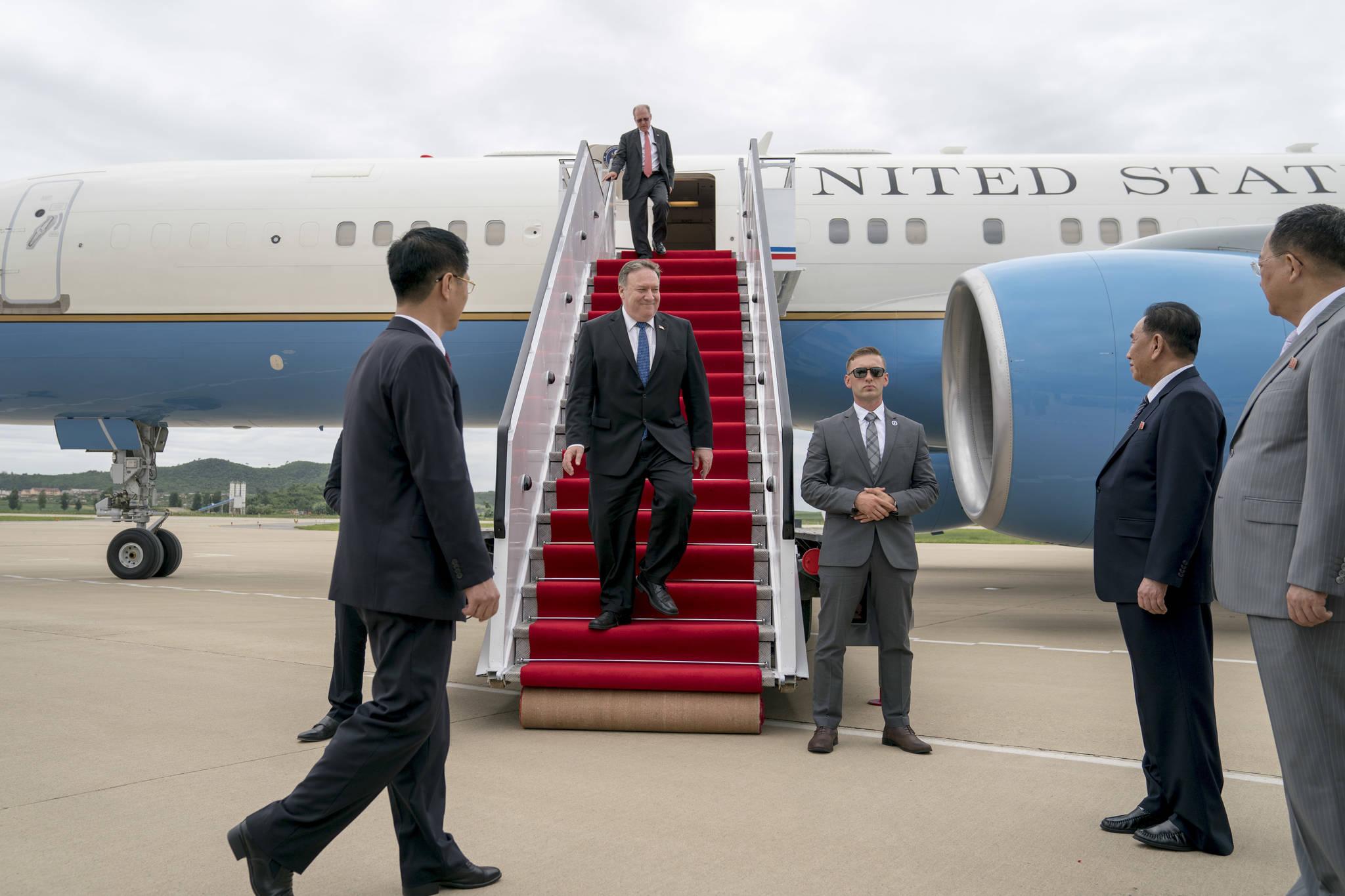 폼페이오 미국 국무부장관이 6일 오후 평양 순안공항에 도착해 트랙을 내려오고 있다. 북한 김영철 노동당 부위원장(오른쪽 둘째)과 이영호 외무상이 폼페이오 장관을 마중나와 대기하고 있다. [AP=연합뉴스]