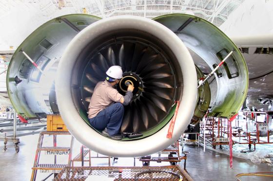 인천공항 아시아나항공 격납고에서 정비사가 입고된 비행기의 엔진 스피너 콘(spinner cone)을 손보고 있다. [중앙포토]