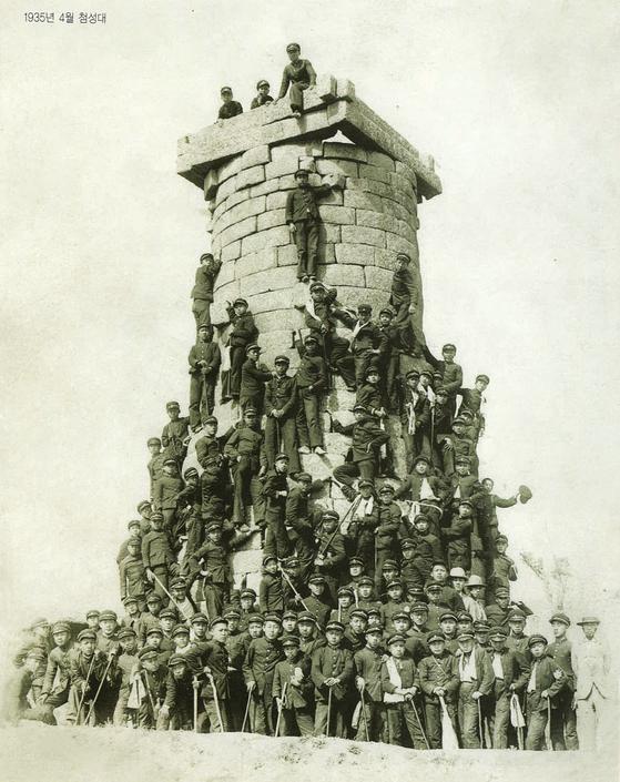 1935년 4월 계성학교의 경주 수학여행. 첨성대 꼭대기까지 학생들이 올라가 있다. [사진제공 대구교육박물관]