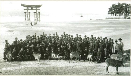 1930년대 계성학교의 일본 수학여행 사진. 나라 사슴공원 뒤로 신사가 보인다. [사진제공 대구교육박물관]