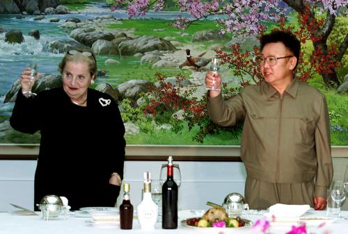 매들린 올브라이트 미 국무장관이 2000년 10월 23일 평양 백화원 초대소에서 김정일 국방위원장과 건배하고 있다.[평양AP=연합]