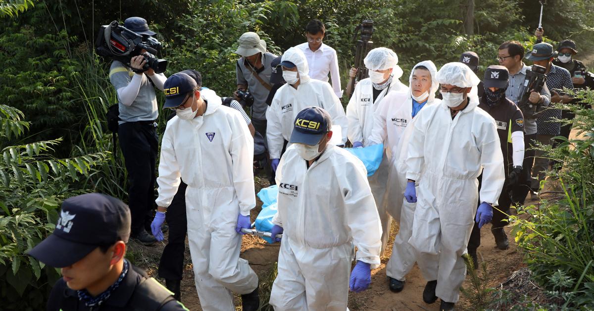 경찰과학수사대 대원들이 지난달 24일 전남 강진군 도암면 지석리 야산에서 발견된 A양(16) 시신을 발견해 구급차로 옮기고 있다. [뉴스1]