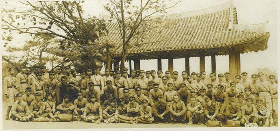 1939년 6월 계성학교의 평양 수학여행. 유적은 대동강가 부벽루로 보인다. [사진제공 대구교육박물관]