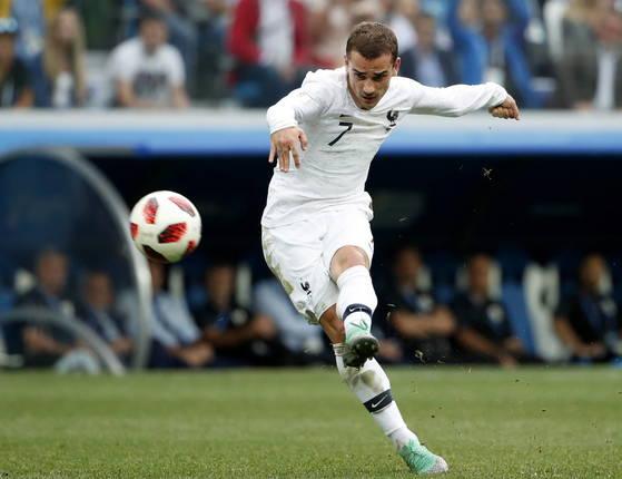 프랑스 공격수 그리즈만이 우루과이와 월드컵 8강전에서 왼발 중거리 슈팅으로 추가골을 터뜨리고 있다. 프랑스가 2006년 독일월드컵 이후 12년 만에 4강에 올랐다. [EPA=연합뉴스]