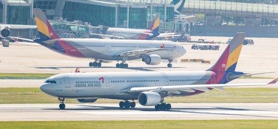 '기내식 대란'으로 아시아나항공 국제선 비행편 운항에 차질을 빚고 있는 4일 인천국제공항 계류장에서 아시아나항공 여객기들이 이동하고 있다.[뉴스1]