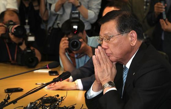 박삼구 아시아나 회장이 4일 오후 노밀사태와 관련한 사과 기자회견을 하고 있다. 최승식 기자.