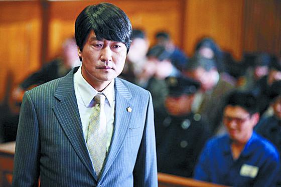 영화 '변호인'에서 국가보안법 혐의로 기소된 대학생들의 변호를 맡은 주인공 송강호. [영화 변호인]