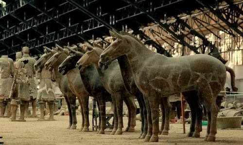진시황릉. 동서 485m, 남북 515m, 높이 76m인 무덤 내부에 수많은 병사와 말 모형이 있다. [중앙포토]