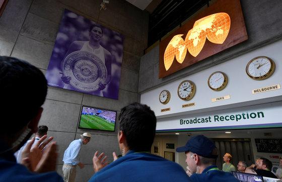 8일 윔블던 테니스가 열린 영국 런던 올 잉글랜드 론 테니스 앤 크로켓 클럽에 일부 팬들이 러시아 월드컵 8강 잉글랜드-스웨덴 경기를 TV로 지켜보고 있다. [로이터=연합뉴스]