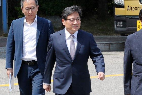 강대희 서울대 총장 후보자가 지난달 18일 이사회의 면접장으로 향하고 있다. [뉴스1]