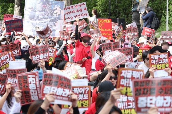 7일 오후 서울 대학로에서 불법촬영 편파수사 규탄시위가 열리고 있다. 이들은 소위 '몰카'로 불리는 불법촬영 범죄의 피해자가 여성일 때에도 신속한 수사와 처벌을 할 것을 촉구했다. [뉴스1]
