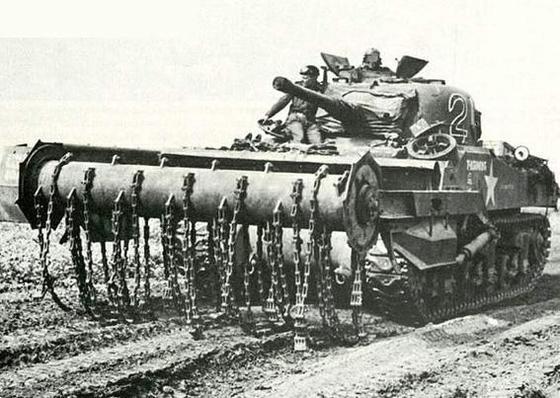 쇠도리깨로 지뢰를 폭파하는 크랩(crab)을 단 탱크 [사진 Panzerserra Bunker]
