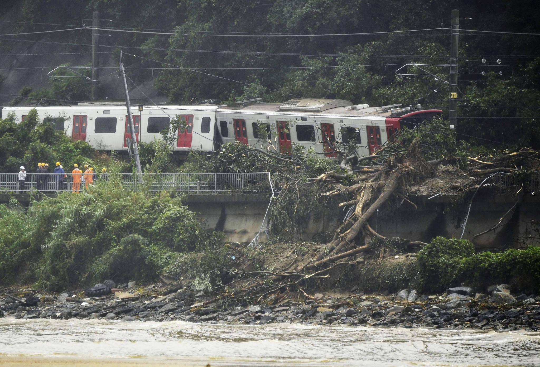 7 일 일본 남서부 사가 현 카라 츠 (Karatsu)에서 산사태로 인해 기차가 탈선해 있다. [AP=연합뉴스]
