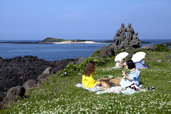 하도리마을에서 걸어서 들어갈 수 있는 토끼섬. 7월이면 문주란이 만발한다. [사진 제주관광공사]