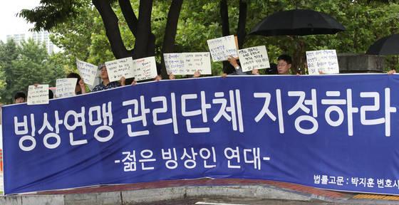9일 오후 서울 올림픽파크텔 앞에서 '젊은 빙상인 연대' 관계자들이 빙상연맹 관리단체 지정을 촉구하는 집회를 하고 있다. 대한빙상경기연맹의 관리단체 지정 여부는 이날 열리는 대한체육회 이사회에서 결정 난다. [연합뉴스]