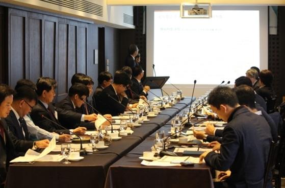 중견기업연합회 명문장수기업센터는 지난해 2회에 걸쳐 명문장수기업 육성과 중견기업 가업승계 위한 간담회를 개최했다. [사진 중견기업연합회]