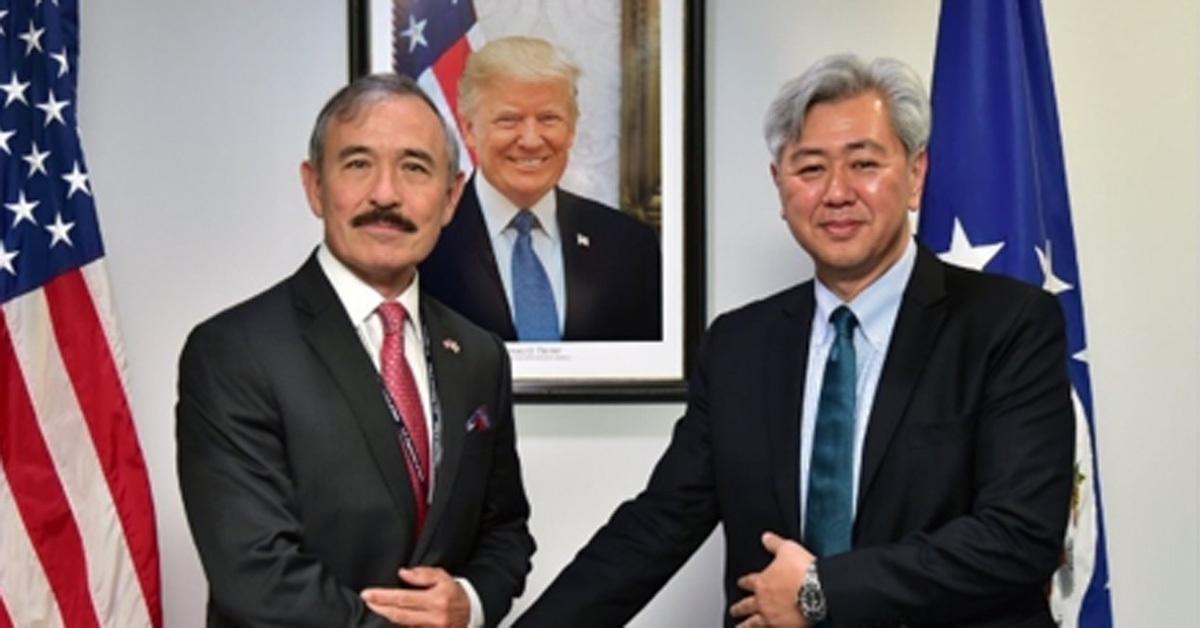 9일 주한미국대사관에 따르면 해리 해리스 주한미국대사(왼쪽)는 앤드루 김 중앙정보국(CIA) 코리아임무센터(KMC) 센터장(오른쪽)과 서울에서 만나 폼페이오 장관의 방북에 대한 브리핑을 받았다 [주한미국대사관 트위터 캡처]