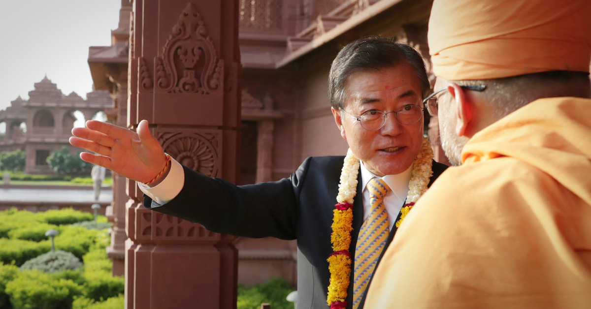 인도를 국빈 방문한 문재인 대통령이 8일 오후 인도 뉴델리에 도착 후 첫 일정으로 힌두교를 대표하는 성지인 '악샤르담 힌두사원'을 방문, 관계자로부터 설명을 듣고 있다. [연합뉴스]