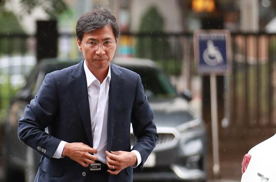 성폭행 혐의로 기소된 안희정 전 충남지사가 9일 3차 공판이 열리는 서울서부지법에 모습을 드러냈다. [연합뉴스]