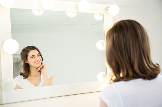 여인이 거울 앞에서 세심하게 화장하는 건 겉꾸밈이 아니다. 하나의 전례 의식이다. [사진 bigsmile]