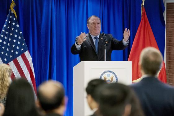 폼페이오 미국 국무장관이 8일(현지시간) 베트남 하노이에서 재계인사들을 상대로 연설하고 있다.[AP=연합뉴스]